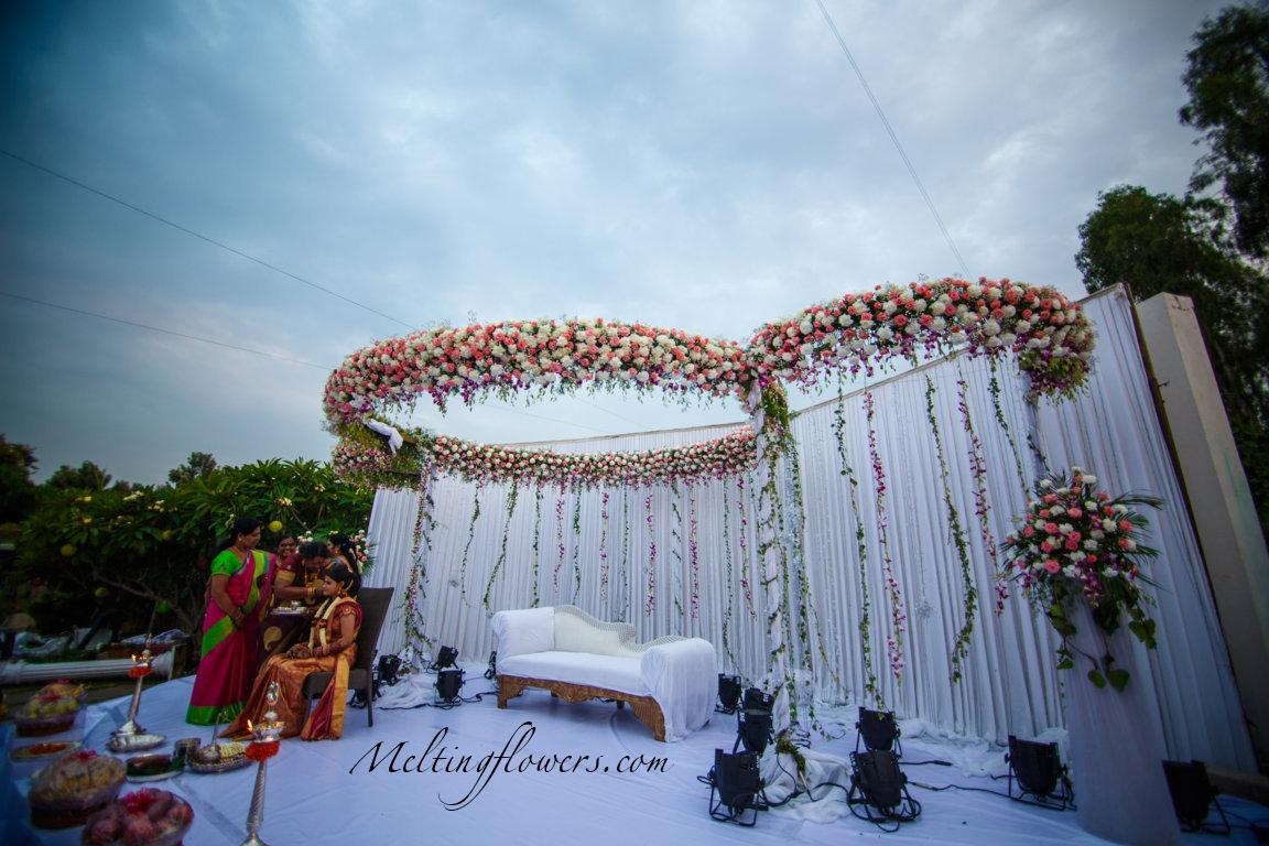 Pretty mandap decorations that 39 ll make you hyperventilate for Artificial flower decoration mandap
