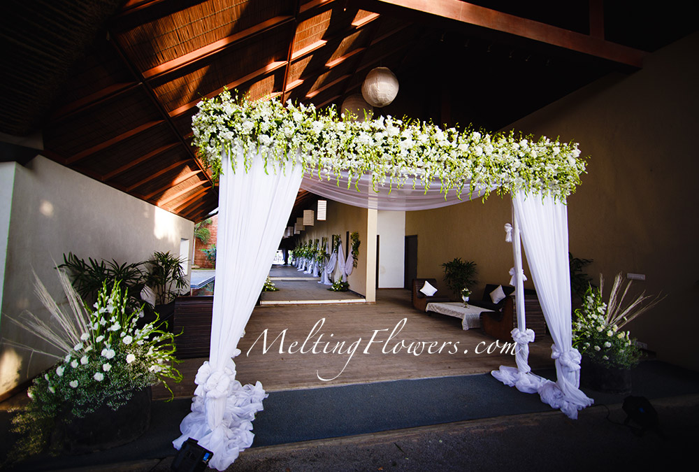 August Ideas For The Entrance And The Pathway Decorations Wedding